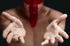 Человек показывая пустые руки Стоковые Фото
