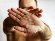 Человек показывая руки Стоковое Фото