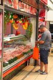 Человек покупая свежее мясо Стоковые Фотографии RF