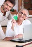 Человек помогая его матери стоковые изображения