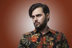 Человек портрета красивый бородатый нося стильную рубашку цвета Красота, образ жизни, фото концепции людей Взрослый серьезный бит Стоковое Изображение