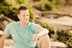 Человек портрета моды красивый сидя на дереве Стоковая Фотография