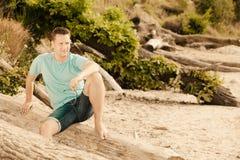 Человек портрета моды красивый сидя на дереве Стоковые Изображения