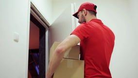 Человек поставляя коробки пакета к неправильному клиенту сток-видео
