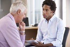 Человек постаретый серединой имея консультировать встреча стоковые фотографии rf