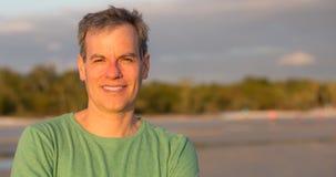 Человек постаретый серединой на пляже Стоковые Изображения RF
