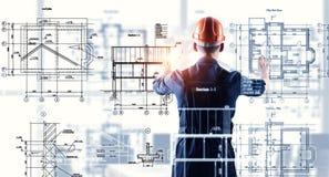 Человек построителя используя интерфейс средств массовой информации Мультимедиа Стоковая Фотография RF