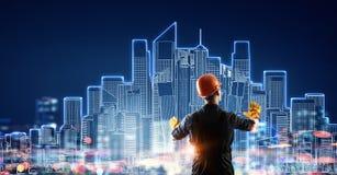 Человек построителя используя интерфейс средств массовой информации Мультимедиа Стоковые Фото