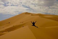 Человек потерянный в дюнах Стоковые Изображения