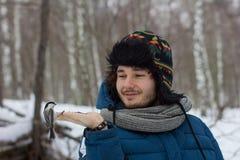 Человек подавая птица от руки Стоковые Фотографии RF