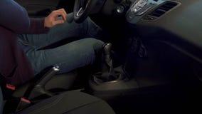 Человек подготавливает управлять автомобилем акции видеоматериалы