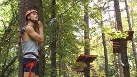 Человек подготавливает для развлечений в парке веревочки сток-видео