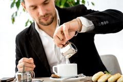 Человек подготавливая кофе на ресторане Стоковые Изображения