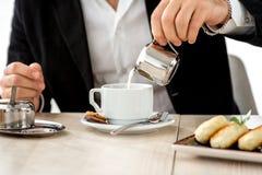 Человек подготавливая кофе на ресторане Стоковое Изображение