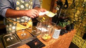 Человек подготавливая свежий апельсиновый сок Стоковое Изображение RF