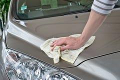 Человек полируя автомобиль Стоковое Изображение