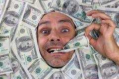 Человек под кроватью долларов Стоковые Изображения