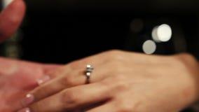 Человек положил дальше обручальное кольцо с диамантом на палец женщины предложение романтично сток-видео