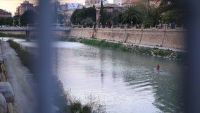 Человек полоща каяк в реке видеоматериал