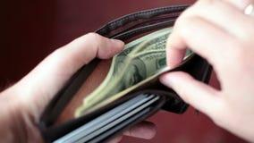 Человек подсчитывает его деньги сток-видео
