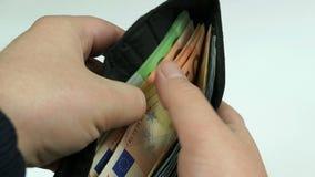 Человек подсчитывает деньги видеоматериал