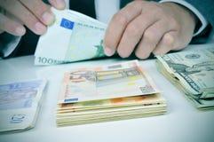 Человек подсчитывая банкноты Стоковые Фотографии RF