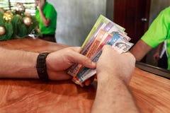 Человек подсчитывая деньги близкие вверх рук Стоковое Изображение RF