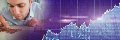 Человек подсчитывая монетки с фиолетовым переходом диаграммы финансов Стоковое Изображение RF