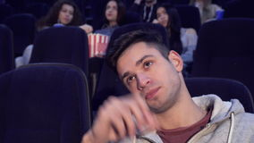 Человек получает пробуренным на кинотеатре акции видеоматериалы