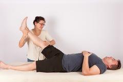 Человек получает bowen обработка массажа для его ног стоковое фото rf