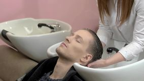 Человек получая его голову помытый видеоматериал