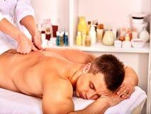 Человек получая массаж в курорте Стоковое Изображение