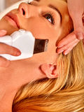 Человек получая электрический лицевой массаж шелушения Стоковое Изображение RF