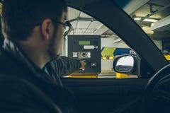 Человек получил билет от автопарковочного счетчика Стоковые Изображения RF