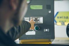 Человек получил билет от автопарковочного счетчика Стоковое Изображение RF