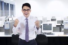 Человек празднуя его успех в комнате офиса Стоковые Фото