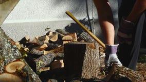 Человек прерывая древесину с осью 09 видеоматериал