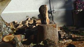 Человек прерывая древесину с осью 13 видеоматериал