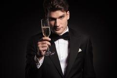 Человек предлагая вам стекло шампанского Стоковая Фотография RF