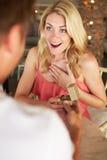 Человек предлагая к женщине Стоковое Изображение RF