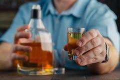 Человек предлагая некоторую съемку спирта как решение к вашим проблемам Стоковые Фото