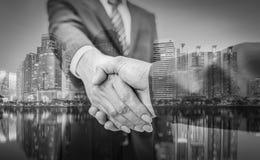 человек предпосылки изолированный делом над белизной Рукопожатие и бизнесмены дела на bac города Стоковые Фото