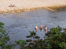 человек предпосылки счастливый изолированный над женщинами людей белыми молодыми Стоковая Фотография RF