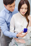 Человек представляет обручальное кольцо к его девушке Стоковые Фото