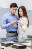 Человек представляет обручальное кольцо к его женщине Стоковые Изображения RF