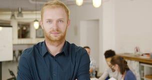 Человек представляя в офисе с сотрудниками акции видеоматериалы