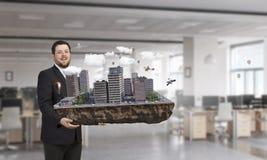 Человек представляя модель конструкции Мультимедиа Мультимедиа стоковая фотография
