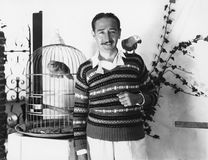 Человек представляя с птицами любимчика (все показанные люди более длинные живущие и никакое имущество не существует Гарантии пос Стоковое Изображение RF