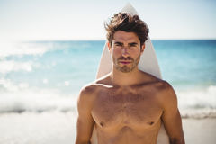 Человек представляя с surfboard Стоковое Изображение RF