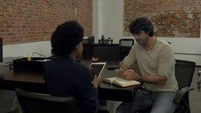 Человек приезжает для работы на группе лицо одной расы смешивания офиса людей велосипеда разнообразной сток-видео